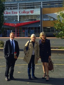 Dans la Cour du Glen Eira College, aux côtés de M Boisbouvier-Wylie et de JP Grange