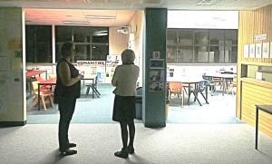 """Devant """"les classes sans porte"""", à l'australienne, avec Mme Papon"""