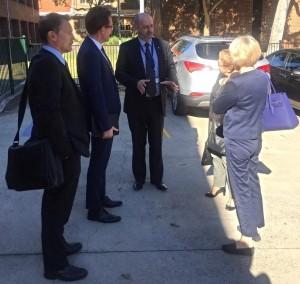 Accueil par le proviseur, entouré du Consul général  et des deux conseillers consulaires