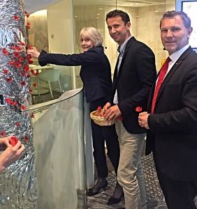 Entourée de JB Milcamps et de JP Grange, j'ajoute un coquelicot à la sculpture dressée en l'honneur des Australiens tombées lors de la première guerre mondiale